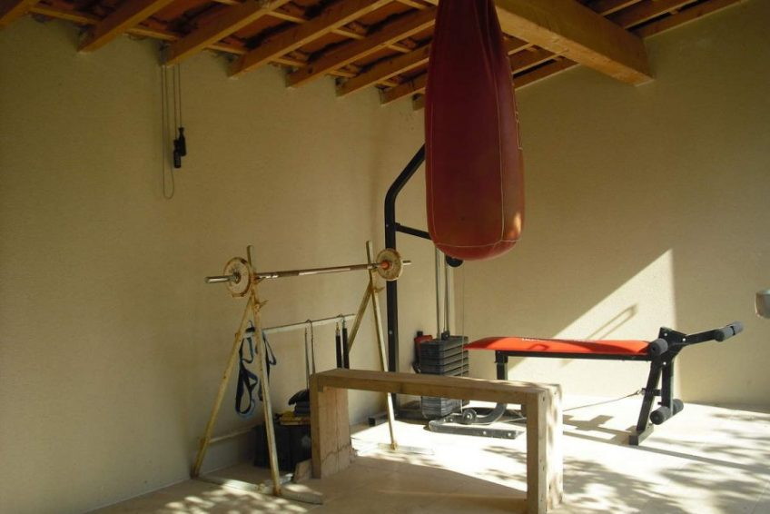 banc de musculation maison du coucouru- villa piscine à louer pour les vacances à Vallon Pont d