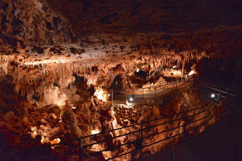 La grande salle illuminée - Aven Grotte La Forestiere en Sud Ardèche