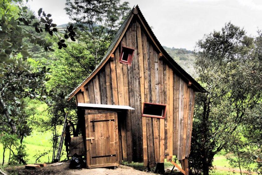 Hébergement Ardèche Insolite - cabane perchée biscornue La Polette - Mas du Pestrin - Ardèchetours