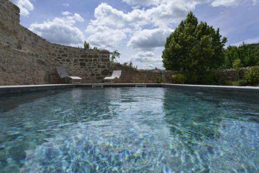 Bâtisse en pierre Mas Elise D. location de vacances dans une villa de charme avec piscine en Sud Ardèche